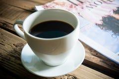 Kaffe avbrott, varm kaffeserve för läsande tid arkivbild
