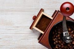 Kaffe Bean Grinder med kopieringsutrymme Arkivbilder