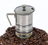 Kaffe-bearbeta med maskin med kaffe-bönan Royaltyfri Foto