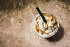 Kaffe blandar in den plast- koppen Tjänat som med piskad kräm- toppning Royaltyfri Bild