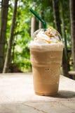 Kaffe blandar in den plast- koppen Tjänat som med piskad kräm- toppning Royaltyfria Bilder