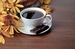 Kaffe, choklad och blommor Arkivbild
