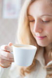 Kaffe. Det härliga unga kvinnainnehav räcker in en kupa av kaffe Royaltyfri Fotografi