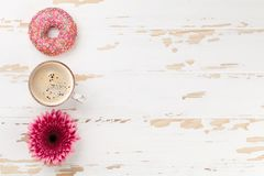Kaffe, donuts och blommor Arkivbild