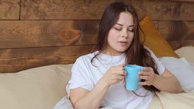 kaffe dricker kvinnan lager videofilmer