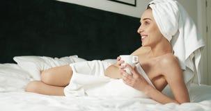 Kaffe efter dusch stock video