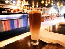 Kaffe eller att mjölka kaffe på Blurred bakgrund arkivfoto