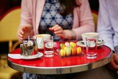 Kaffe eller te och makron i ett parisiskt kafé Royaltyfria Foton