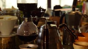 Kaffe för Closeupbaristadanande från sifonkaffe lager videofilmer