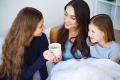 Kaffe för dag för moder` s i säng royaltyfria bilder