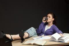 Kaffe för drink för student för ung kvinna på kurs fotografering för bildbyråer