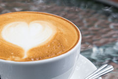Kaffe för förälskelse på lattekonst royaltyfria foton
