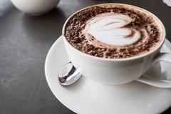 Kaffe för konst för hjärtaformLatte Royaltyfria Bilder