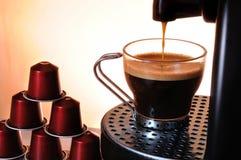 Kaffe för maskinportionespresso i en kopp royaltyfria foton