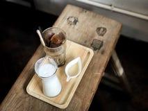 Kaffe för med is kub och vitbakgrund, suddig bakgrund arkivfoton