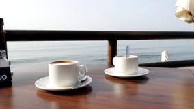 Kaffe för två i kafét på stranden Arkivfoton