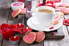 Kaffe för valentindag med kakor arkivbilder