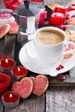 Kaffe för valentindag med kakor royaltyfria foton