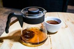 Kaffe förbereder en alternativ metod i kaffeexponeringsglaskruka koffein Häll över V60 Serveren royaltyfri fotografi