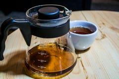 Kaffe förbereder en alternativ metod i kaffeexponeringsglaskruka koffein Häll över V60 Serveren royaltyfria bilder