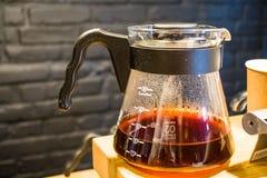 Kaffe förbereder en alternativ metod i kaffeexponeringsglaskruka koffein Häll över V60 Serveren royaltyfri foto