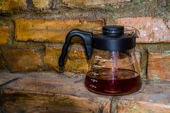 Kaffe f?rbereder en alternativ metod i kaffeexponeringsglaskruka koffein H?ll ?ver V60 Serveren royaltyfri bild