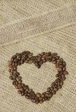 Kaffe formad hjärta på kanfas Arkivbilder