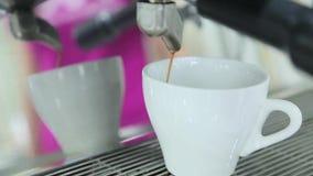 Kaffe från kaffemaskinen hälls in i kaffe lager videofilmer