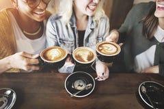 Kaffe för kvinnavännjutning tajmar begrepp Royaltyfria Foton