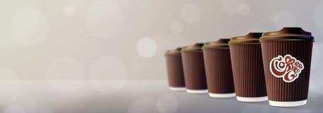 kaffe går till Kaffekrusningen kuper Bokeh Gray Background Arkivbilder
