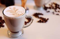 Kaffe gömma i handflatan Lattekonst Royaltyfri Bild