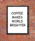 Kaffe gör världen ljusare skriftligt i bildram Arkivfoton