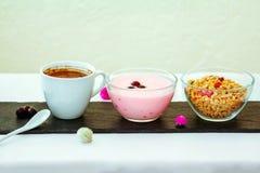 """Kaffe, granola och yoghurt för tjänad som frukost†"""" royaltyfria bilder"""