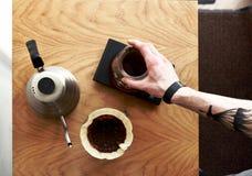 Kaffe häller över bästa sikt Arkivbild
