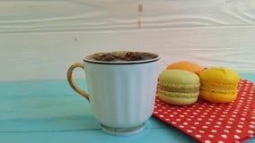 Kaffe hälls in i en koppultrarapid stock video