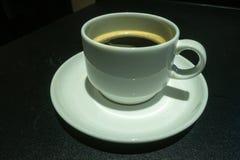Kaffe härlig kopp kaffe som isoleras på svart Med kopiera utrymme arkivfoto