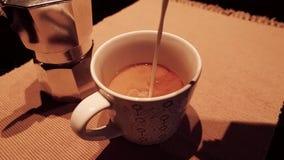 Kaffe i aftonen stock video