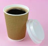 Kaffe i bort kopp för tagande på rosa bakgrund Royaltyfri Fotografi