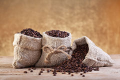 Kaffe i burlap hänger lös royaltyfri foto
