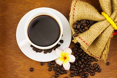 Kaffe i den vita koppen Arkivbild