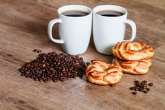 Kaffe i den vita koppen och bullar Fotografering för Bildbyråer