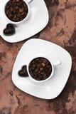 Kaffe i den vita koppen och choklader Top beskådar många bakgrundsklimpmat meat mycket Arkivbilder