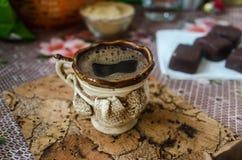 Kaffe i en härlig kopp och sötsaker Arkivfoto