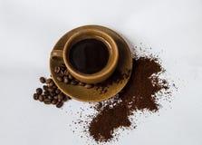 Kaffe i en kopp med ett tefat arkivbilder