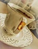 Kaffe i en kopp med ett tefat arkivbild