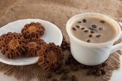 Kaffe i en kopp och kakor Royaltyfri Fotografi
