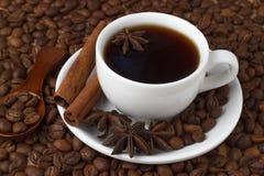Kaffe i en kopp på bakgrunden av kaffebönor Royaltyfria Bilder