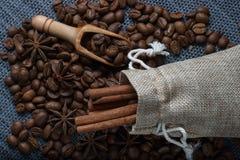 Kaffe i en påse av anis och kanel Arkivfoton