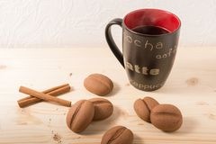 Kaffe i en svart rånar med kakor på den lantliga tabellen Royaltyfria Foton