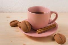 Kaffe i en svart rånar med kakor på den lantliga tabellen Royaltyfri Bild